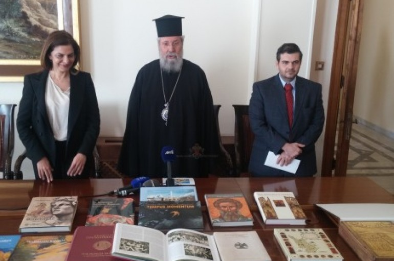 Ο Αρχιεπίσκοπος Κύπρου παρέλαβε βιβλία από δωρεά της Τράπεζας Κύπρου (ΦΩΤΟ)
