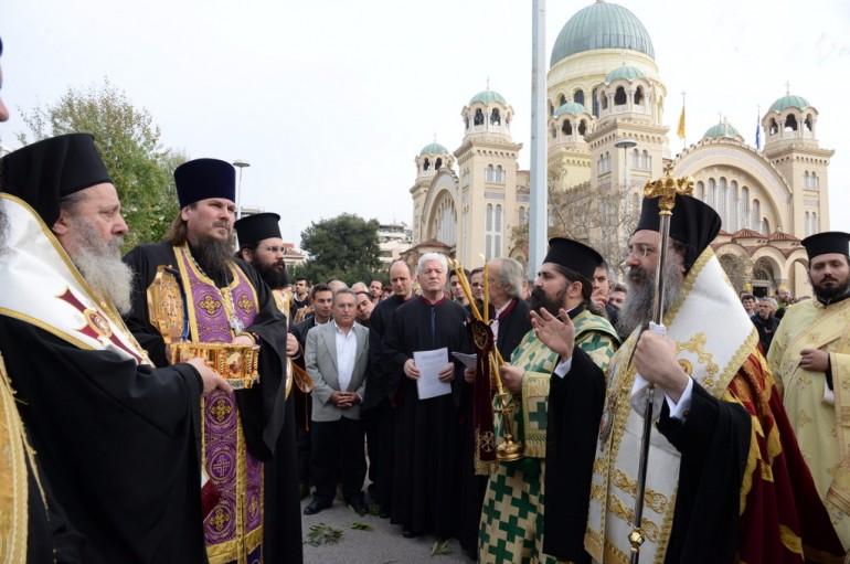 Χιλιάδες πιστοί υποδέχθηκαν το λείψανο του Αγ. Λουκά του Ιατρού στην Πάτρα (ΦΩΤΟ)