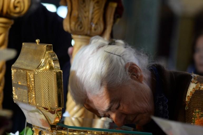 Πλήθη πιστῶν προσκυνοῦν τά Ἱερά Λείψανα τοῦ Ἁγίου Λουκᾶ Συμφερουπόλεως στήν Πάτρα (ΦΩΤΟ)