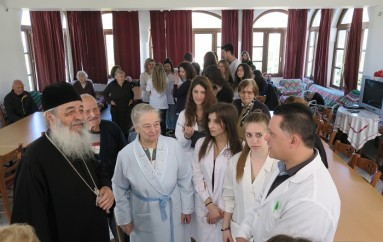 Ο Μητροπολίτης Φθιώτιδος μαζί με φοιτητές στο Γηροκομείο Στυλίδος (ΦΩΤΟ)