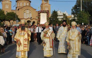 Πλήθος πιστών στη Λιτανεία της Αγίας Φωτεινής στη Νέα Σμύρνη (ΦΩΤΟ)