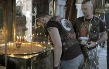 Μηχανόβιοι λάτρεις του Πούτιν εισέβαλαν σε εκκλησία στην Κόρινθο για να προσευχηθούν (ΦΩΤΟ)
