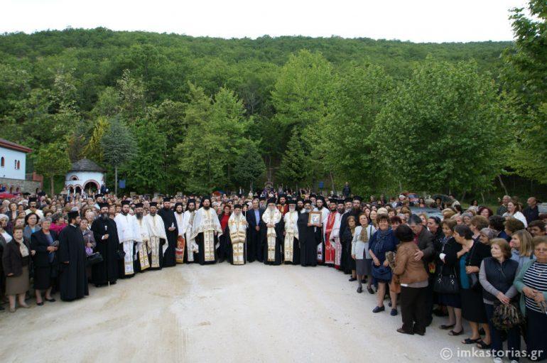 Χιλιάδες πιστοί από την Λάρισα στην Ι. Μητρόπολη Καστορίας (ΦΩΤΟ)