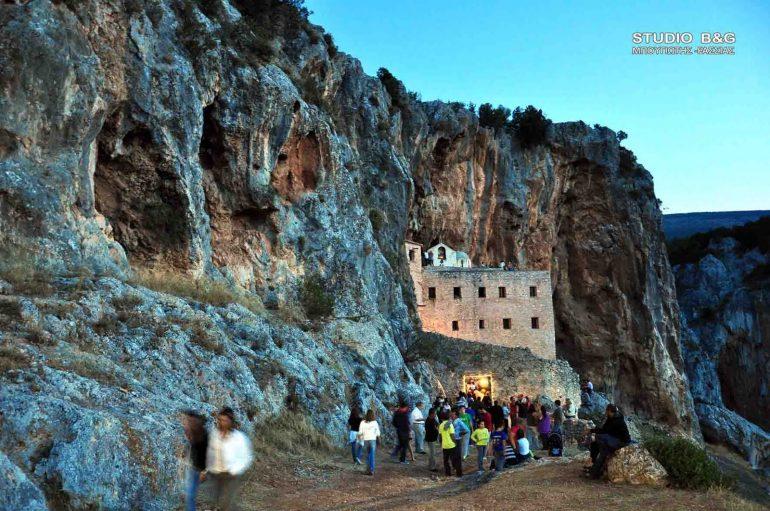 Στις φλόγες τυλίχθηκε ο ναός του Αγ. Δημητρίου της Ι. Μονής Αυγού (ΦΩΤΟ)