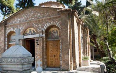 Άγνωστοι επιτέθηκαν με μολότοφ στην Ιερά Σύνοδο (ΒΙΝΤΕΟ)