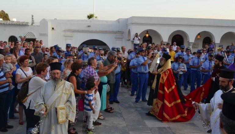 Προσκυνητές από το εξωτερικό και όλη την Ελλάδα καταφθάνουν στην Τήνο (ΦΩΤΟ)