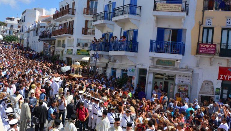 Χιλιάδες πιστοί υποκλίθηκαν στη Μεγαλόχαρη της Τήνου (ΦΩΤΟ)