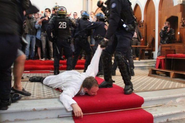ΜΑΤ στη Γαλλία μπήκαν σε εκκλησία και έσερναν καθολικό ιερέα (ΒΙΝΤΕΟ)