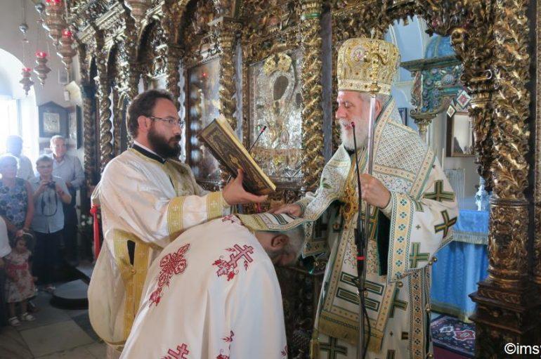 Θεία Λειτουργία στην Ι. Μονή Παναγίας Τουρλιανής από τον Μητροπολίτη Σύρου (ΦΩΤΟ)
