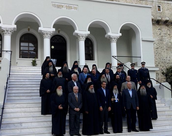 Ο πρόεδρος της ΝΔ Κυριάκος Μητσοτάκης φωτογραφίζεται με τα μέλη της Ιεράς Κοινότητας κατά τη διάρκεια της προσκυνηματικής επίσκεψής του στο Άγιον Όρος, την Πέμπτη 17 Νοεμβρίου 2016. Ο Κ. Μητσοτάκης έφτασε στις Καρυές όπου τον υποδέχθηκε η Ιερά Κοινότητα και ο πολιτικός διοικητής του Αγίου Όρους Αρίστος Κασμίρογλου, επισκέφθηκε τον ιερό ναό στο Πρωτάτο και τα γραφεία Ιεράς Κοινότητας και στη συνέχεια θα επισκεφθεί τις Μονές, Ιβήρων, Σταυρονικήτα και Ξενοφώντος στην οποία και θα διανυκτερεύσει. ΑΠΕ-ΜΠΕ/ΑΠΕ-ΜΠΕ/STR
