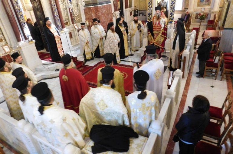 Υποδοχή της Τίμιας Κάρας του Αγίου Νικολάου του Πλανά στον Πειραιά (ΦΩΤΟ)