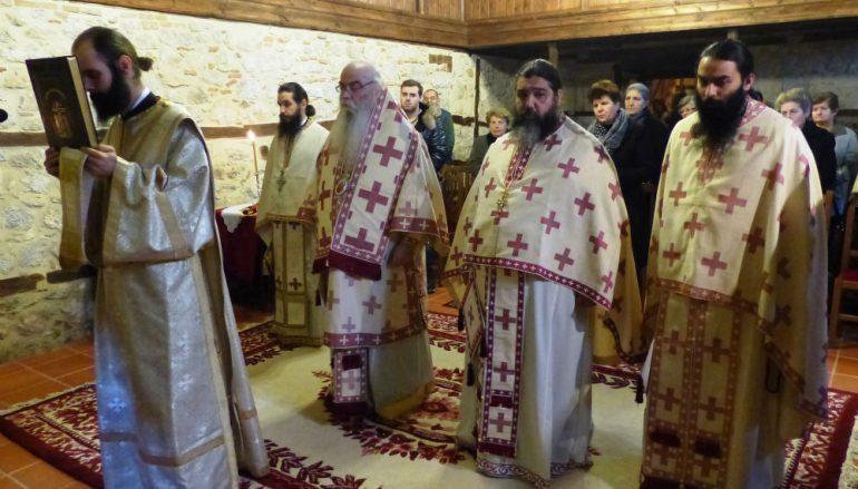 Θεία Λειτουργία στον Ναό των Παμμεγίστων Ταξιαρχών στο Απόζαρι (ΦΩΤΟ)