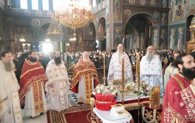Θεία Λειτουργία παρουσία της Τιμίας Ζώνης στον Ι. Ν. Αγ. Βησσαρίωνος Καλαμπάκας (ΦΩΤΟ)