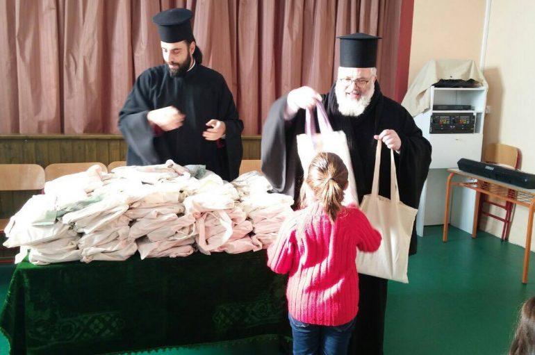 Δώρα αγάπης στους μικρούς μαθητές από τον Μητροπολίτη Διδυμοτείχου (ΦΩΤΟ)