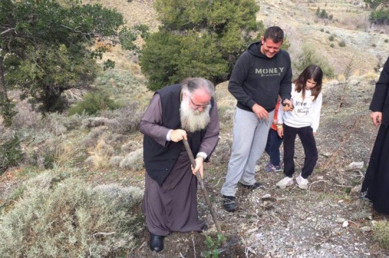 Ο Μητροπολίτης Ιεραπύτνης στην αναδάσωση στο Σελάκανο (ΦΩΤΟ)