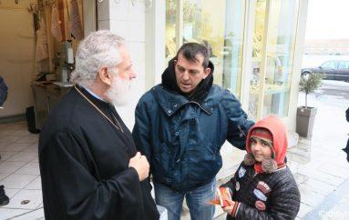 Ο Μητροπολίτης Σύρου στην αγορά της Ερμούπολης (ΦΩΤΟ)
