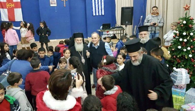 Ο Πατριάρχης Ιεροσολύμων μοίρασε δώρα σε παιδιά (ΦΩΤΟ)