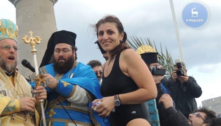 Γυναίκα έπιασε το Σταυρό στη Ρόδο (ΦΩΤΟ)