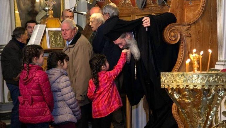Χειροφίλημα ταπεινότητας από τον Μητροπολίτη Κεφαλληνίας (ΦΩΤΟ)
