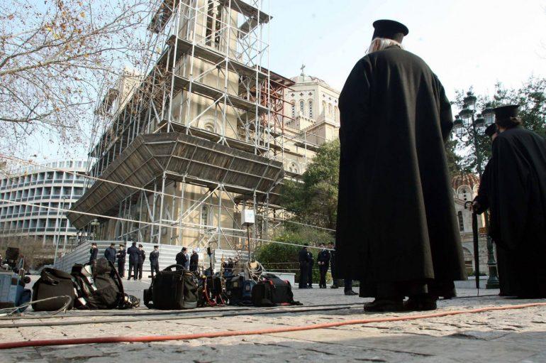 Ιερείς με μπαλωμένα ράσα λόγω οικονομικών δυσκολιών