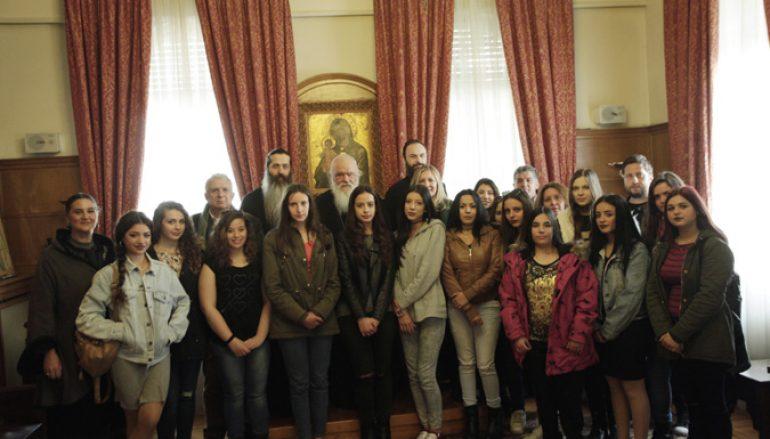 Στον Αρχιεπίσκοπο Ιερώνυμο μαθήτριες του Λυκείου Οινοφύτων (ΦΩΤΟ)