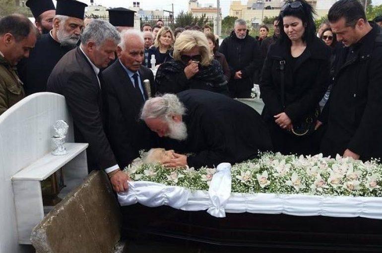 Ο Πατριάρχης Αλεξανδρείας αποχαιρετά την μητέρα του (ΦΩΤΟ)