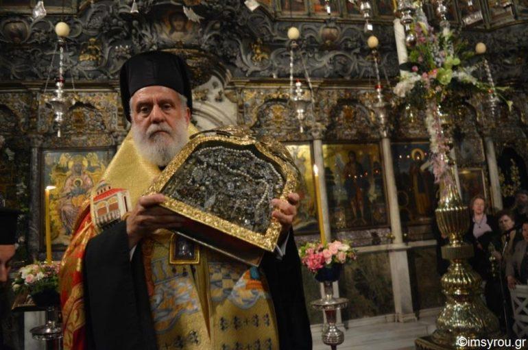 Πλήθος ευλαβών πιστών στο Ναό της Ευαγγελιστρίας στην Τήνο (ΦΩΤΟ)
