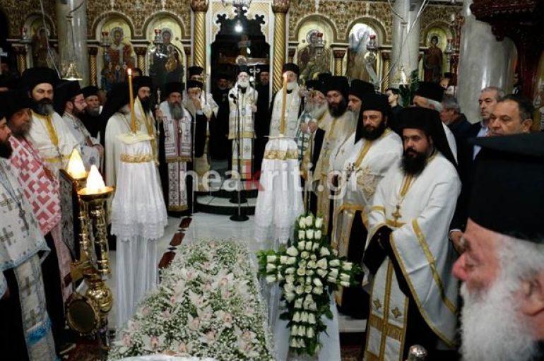 Συντετριμμένος ο Πατριάρχης Αλεξανδρείας στην κηδεία της μητέρας του (ΦΩΤΟ)