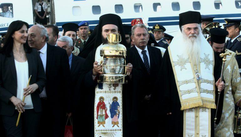 Το Άγιο Φως έφθασε στην Αθήνα – Υποδοχή με τιμές Αρχηγού Κράτους (ΒΙΝΤΕΟ)