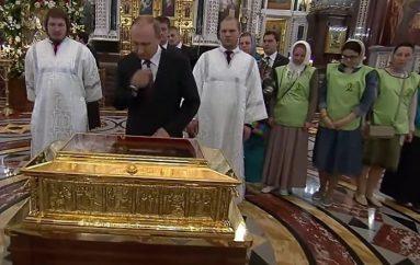 Ο Πούτιν προσκύνησε τα λείψανα του Αγ. Νικολάου (ΒΙΝΤΕΟ)