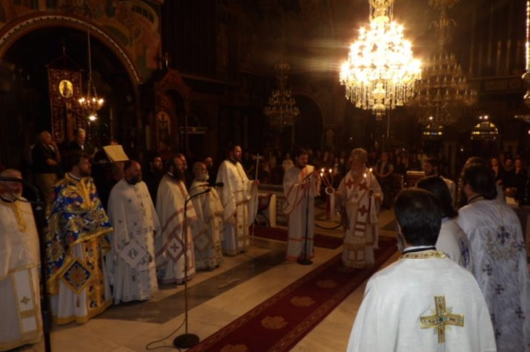 Νυχτερινή Θ. Λειτουργία για τα παιδιά των Πανελληνίων στην Κόρινθο (ΦΩΤΟ)