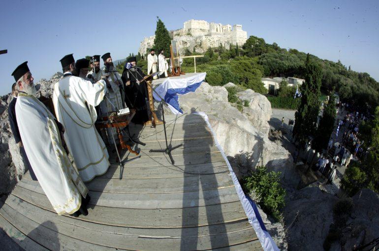 Με λαμπρότητα ο εσπερινός στον Ιερό Βράχο του Αρείου Πάγου (ΦΩΤΟ)