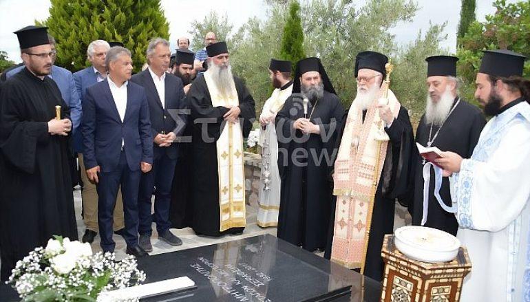 Τρισάγιο στον τάφο του Μακαριστού Σταγών από τον Αρχιεπίσκοπο Αλβανίας (ΦΩΤΟ)