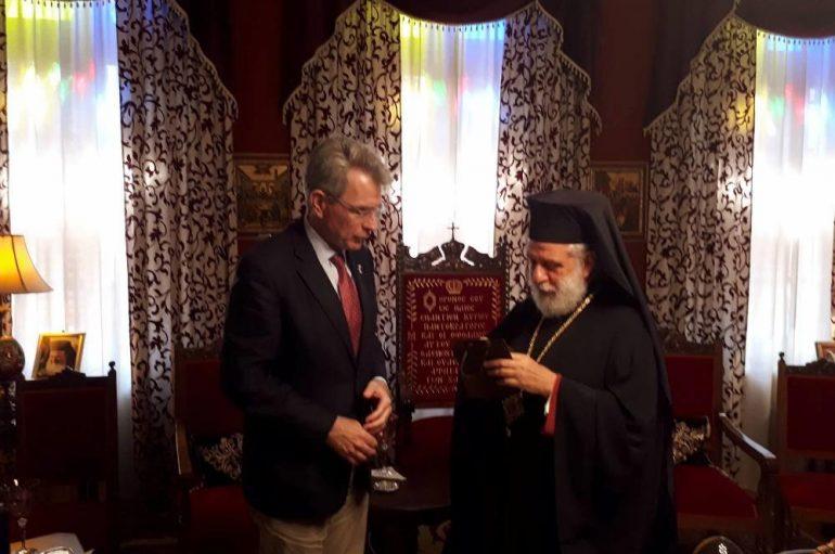 Τον Μητροπολίτη Σύρου επισκέφθηκε ο Πρέσβης των ΗΠΑ (ΦΩΤΟ)