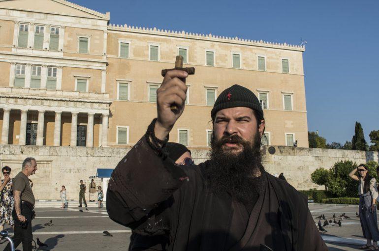 Προσαγωγή του π. Κλεομένη από αστυνομικούς στη Θεσσαλονίκη (ΒΙΝΤΕΟ)