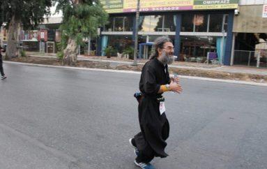Ο πατήρ Θεόδωρος Περπερίδης έτρεξε και τερμάτισε το Σπάρταθλο (ΒΙΝΤΕΟ)