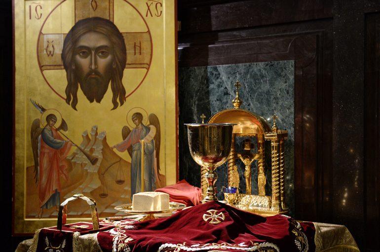 «Είδα να φουσκώνει το Άγιο Ποτήριο, να βγαίνουν σάρκες και αίμα μέσα από αυτό»