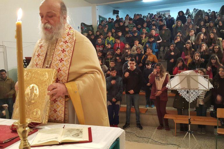 Θεία Λειτουργία του Μητροπολίτη Γρεβενών σε Σχολείο (ΦΩΤΟ)