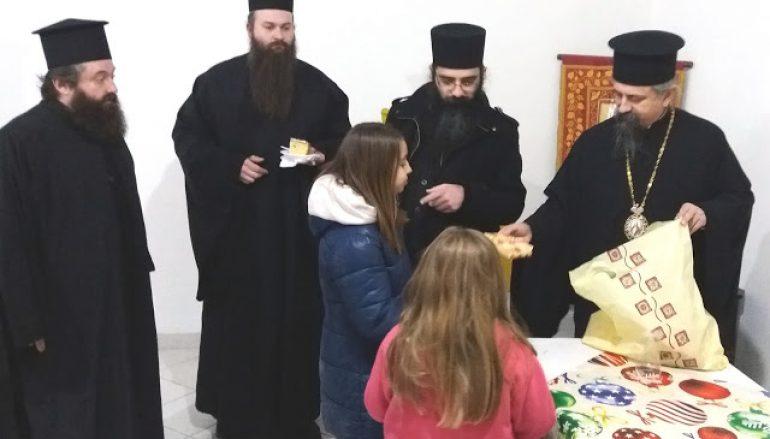 Δώρα σε παιδιά μοίρασε ο Μητροπολίτης Καρπενησίου (ΦΩΤΟ)