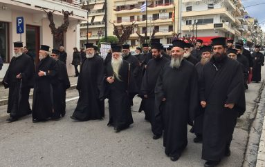 Μπροστάρης ο Μητροπολίτης Καλαβρύτων σε πορεία για τη Μακεδονία (ΒΙΝΤΕΟ)