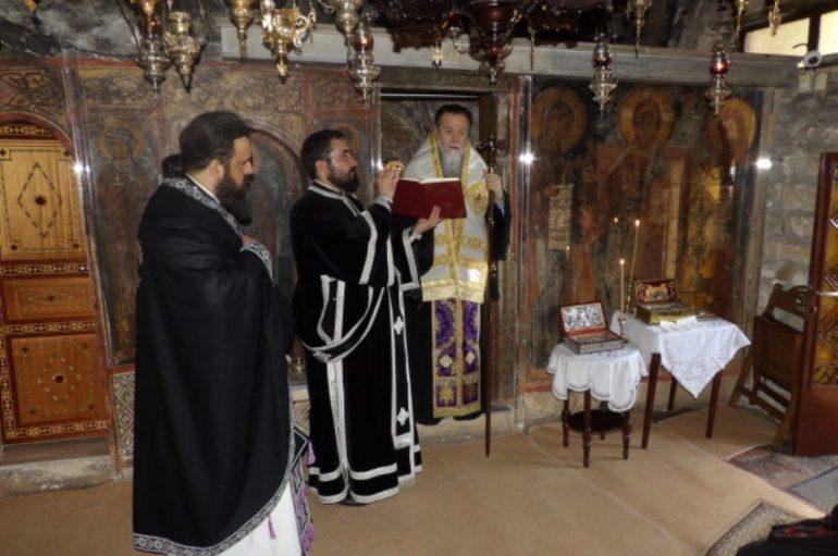 Προηγιασμένη Θ. Λειτουργία στην Ι. Μονή Αγ. Παταπίου Λουτρακίου (ΦΩΤΟ)