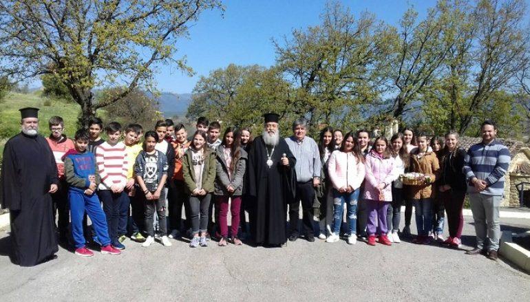 Ο Μητροπολίτης Φθιώτιδος με μαθητές στο Γηροκομείο Σπερχειάδος (ΦΩΤΟ)