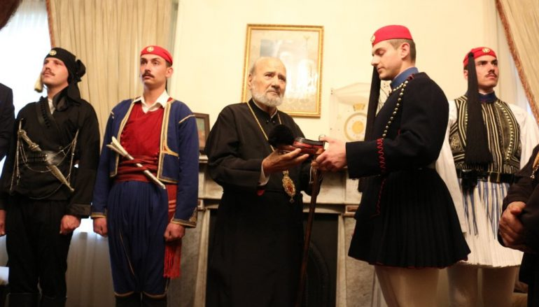 Στον Αρχιεπίσκοπο Αυστραλίας Εύζωνες της Προεδρικής Φρουράς (ΦΩΤΟ)