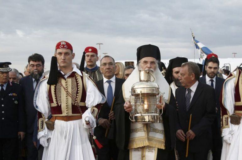 Με τιμές Αρχηγού Κράτους η Ελλάδα υποδέχθηκε το Άγιο Φως (ΒΙΝΤΕΟ)