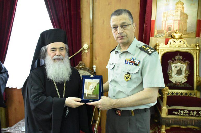 Στον Πατριάρχη Ιεροσολύμων Θεόφιλο ο Αρχηγός του Γ.Ε.Σ. (ΦΩΤΟ)