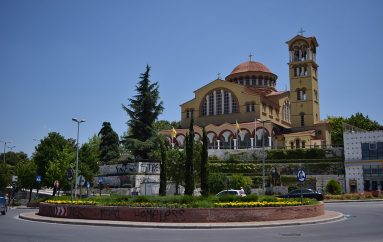 Πένθιμα ηχούν οι καμπάνες των εκκλησιών στη Λάρισα (ΦΩΤΟ)