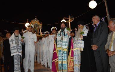 Χιλιάδες πιστοί συνόδευσαν την Εικόνα της Μεγαλόχαρης στην Τήνο (ΦΩΤΟ)