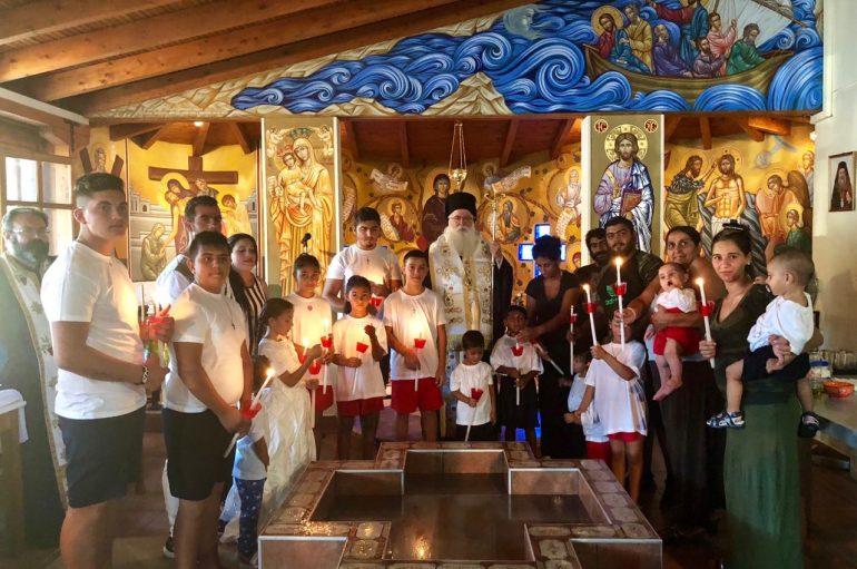 Βάπτιση εικοσιπέντε παιδιών ΡΟΜΑ στο Φυτόκο Αλιβερίου (ΦΩΤΟ)