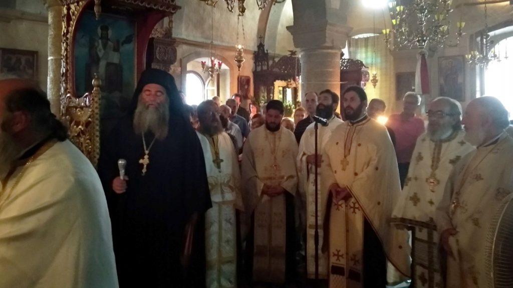 Στο τέλος της Θείας Λειτουργίας πραγματοποιήθηκε η λιτάνευση της Ιεράς  Εικόνος του Αγίου πέριξ του Καθολικού της Μονής και η ευλόγηση των άρτων. 1729de67fd1