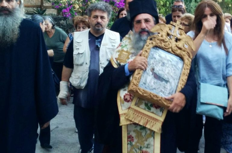 Η μεταφορά εικόνας της Παναγίας στο Προσκύνημα της Χαρακιανής (ΦΩΤΟ)